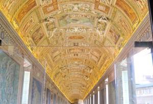 Fantastiska takdekorationer och målningar i kartrummet